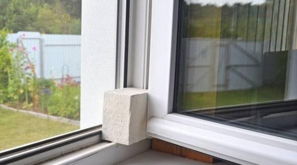 Из ненужного– нужное. Как сделать простой стопор для окон и дверей?