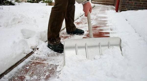 Маши лопатой с умом. Что надо учесть при уборке снега на даче?